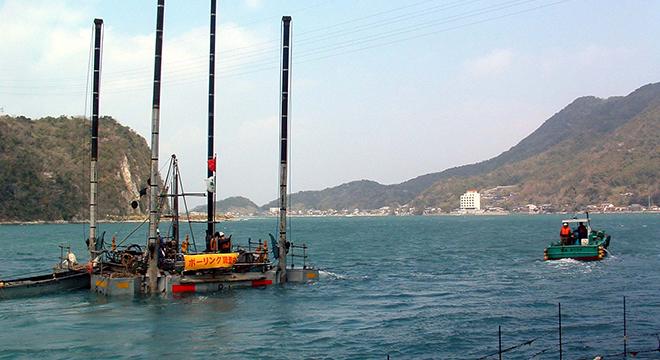 引船によるスパット台船曳航状況
